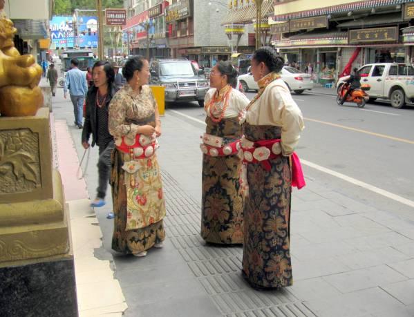 Maerkang - Tibetan women off to the a wedding